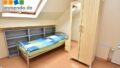 Bett mit Regal und Schrank